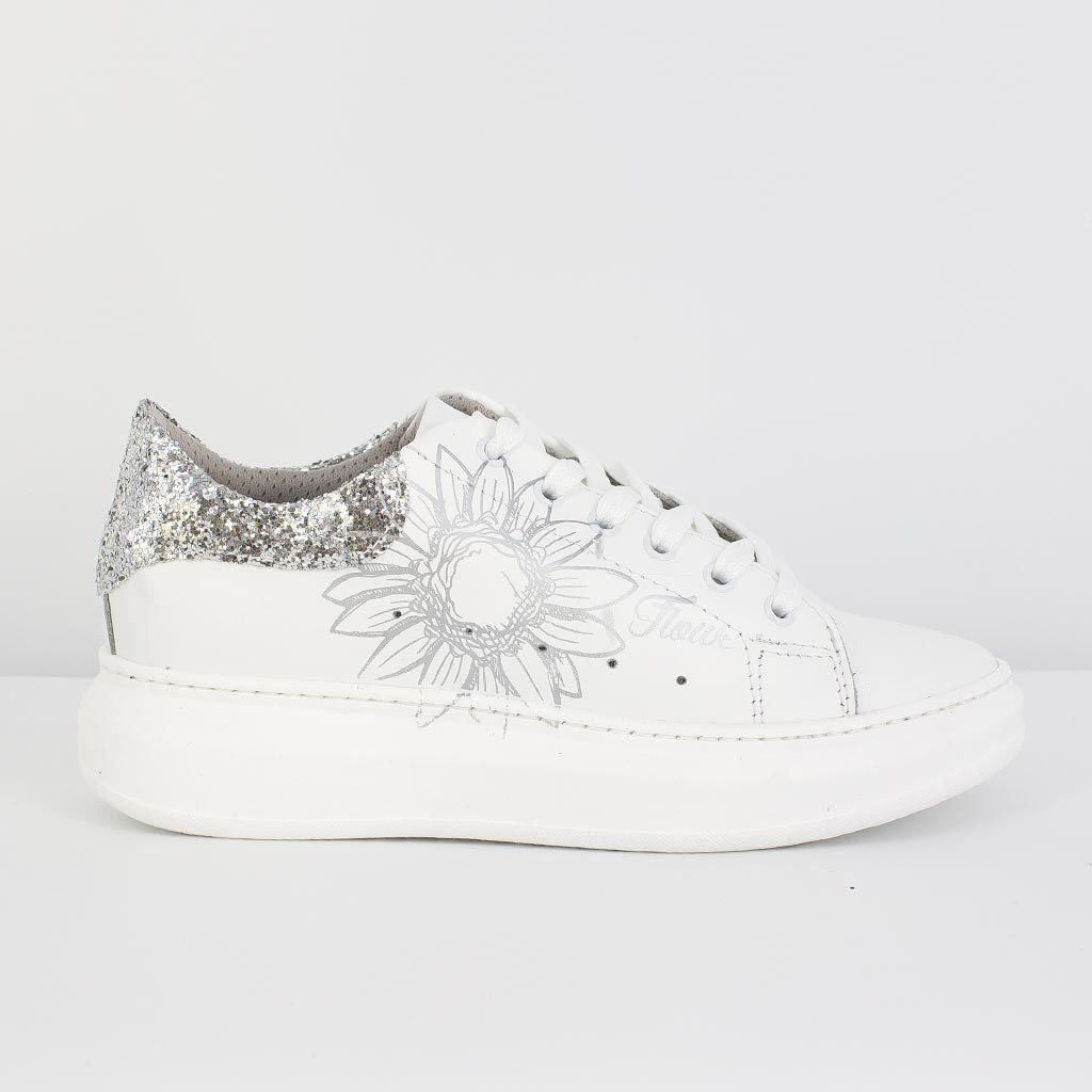 """Immagine di ROXY ROSE - Sneakers bianca in pelle """"made in italy"""" con fiore laterale e glitter"""